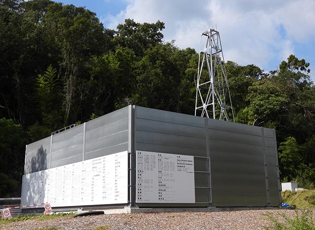 自然エネルギー拡大募金の寄付者名を掲示した白い銘板パネル