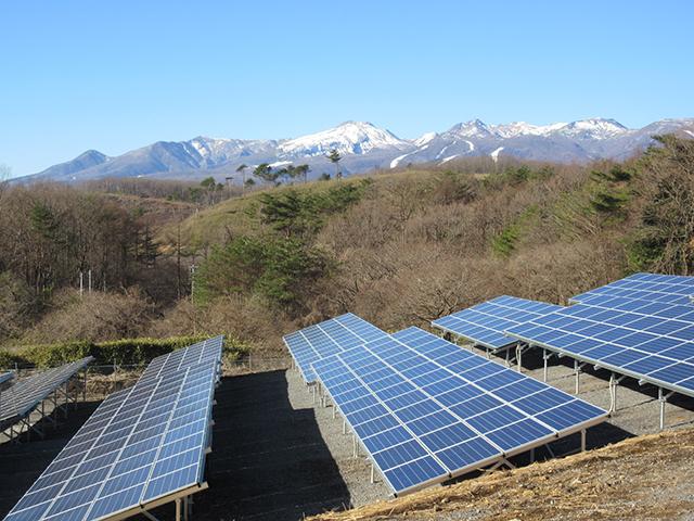 <西郷ソーラー発電所の写真 遠くに見えるのは那須連山>